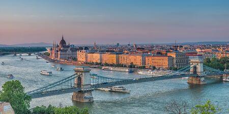 Panorama of Budapest at sunset. Hungarian landmarks: Chain Bridge, Parliament and Danube river in Budapest. Stockfoto