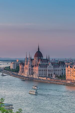 Panorama of Budapest at sunset. Hungarian landmarks: Chain Bridge, Parliament and Danube river in Budapest. Banco de Imagens