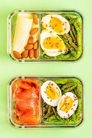 Healthy balanced lunch box, ketogenic diet lunch, home food for office concept. Foto de archivo