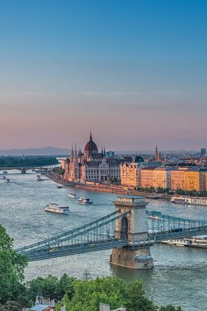 Panorama of Budapest at sunset. Hungarian landmarks: Chain Bridge, Parliament and Danube river in Budapest. Imagens