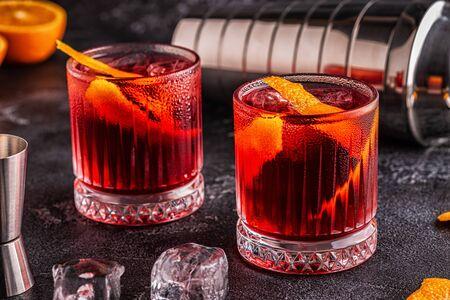 Negroni-Cocktail mit Orangenschale und Eis, selektiver Fokus.