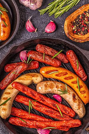 Grilled homemade sausages in a pan, top view. Stockfoto