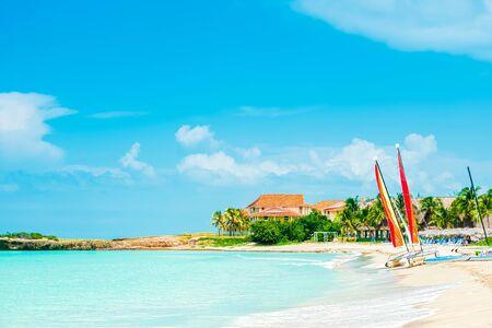 Idílicas vacaciones en la playa tropical. Foto de archivo