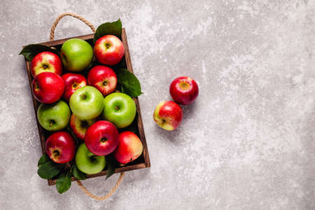 Ripe red and green apples in wooden box. Top view with copy space. Imagens