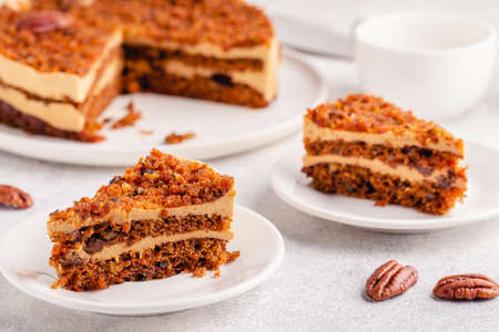 Vegan homemade carrot cake with pecans, on a light background. Stockfoto