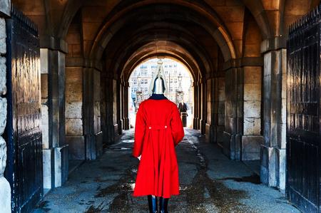 Londres garde vue de dos avec casque et le costume rouge dans un passage Banque d'images - 101016098
