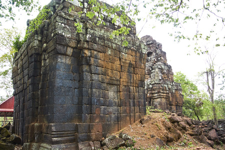 Koh Ker is situated between the southern slopes of the Dangrek mountains, the Kulen mountains (Phnom Kulen) in the south-west and the Tbeng mountain (Phnom Tbeng, near Tbeng Meanchey) in the east.