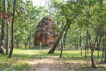 Prasat Chamres is a single red brick tower, situated a little bit deeper in the jungle. Banque d'images - 100682526