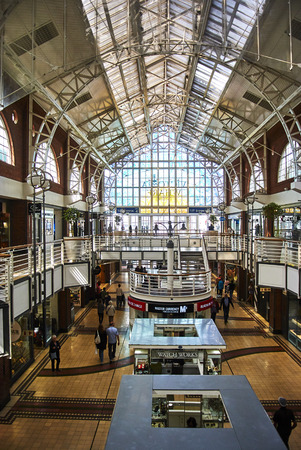 The Victoria & Alfred (V&A) Waterfront in Cape Town is situated on the Atlantic shore, Table Bay Harbour, the City of Cape Town and Table Mountain. Adrian van der Vyver designed the complex. Prince Alfred, second son of Queen Victoria, visited the Cape Co Banque d'images - 101775816