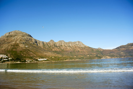 Hout Bay (Afrikaans: Houtbaai, meaning Wood Bay) is a town near Cape Town, South Africa situated in a valley on the Atlantic seaboard of the Cape Peninsula, twenty kilometres south of the Central Business District of Cape Town. Stockfoto
