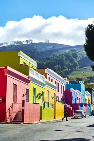The Bo-Kaap is known for its brightly coloured houses ? think pink, green, blue and orange. Other tour highlights include Auwal Masjid (the first and oldest mosque in South Africa), the Bo-Kaap Museum and the spicy delights of Cape Malay food. Banque d'images - 101911483