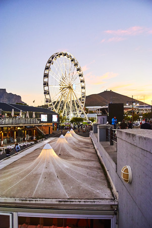 The Victoria & Alfred (V&A) Waterfront in Cape Town is situated on the Atlantic shore, Table Bay Harbour, the City of Cape Town and Table Mountain. Adrian van der Vyver designed the complex. Prince Alfred, second son of Queen Victoria, visited the Cape Co Banque d'images - 103031382