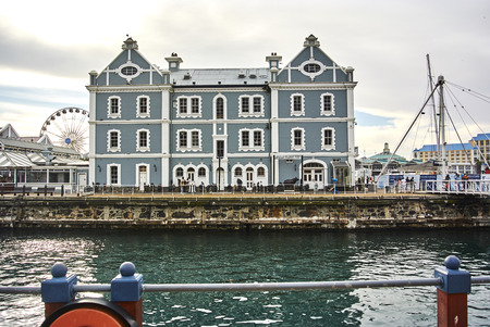 The Victoria & Alfred (V&A) Waterfront in Cape Town is situated on the Atlantic shore, Table Bay Harbour, the City of Cape Town and Table Mountain. Adrian van der Vyver designed the complex. Prince Alfred, second son of Queen Victoria, visited the Cape Co Banque d'images - 103031389