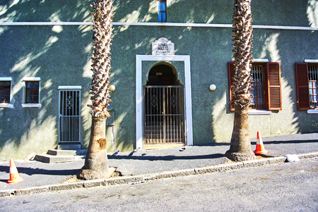 The Bo-Kaap is known for its brightly coloured houses – think pink, green, blue and orange. Ot Banque d'images - 103029003