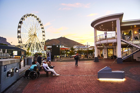 The Victoria & Alfred (V&A) Waterfront in Cape Town is situated on the Atlantic shore, Table Bay Harbour, the City of Cape Town and Table Mountain. Adrian van der Vyver designed the complex. Prince Alfred, second son of Queen Victoria, visited the Cape Co Banque d'images - 105564402