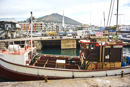 The Victoria & Alfred (V&A) Waterfront in Cape Town is situated on the Atlantic shore, Table Bay Harbour, the City of Cape Town and Table Mountain. Adrian van der Vyver designed the complex. Prince Alfred, second son of Queen Victoria, visited the Cape Co Banque d'images - 103031422