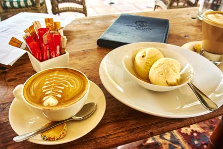 Cappuccino latte et crème glacée sur une table en bois dans un vignoble dans le sud Banque d'images - 103029413