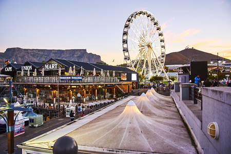 The Victoria & Alfred (V&A) Waterfront in Cape Town is situated on the Atlantic shore, Table Bay Harbour, the City of Cape Town and Table Mountain. Adrian van der Vyver designed the complex. Prince Alfred, second son of Queen Victoria, visited the Cape Co Banque d'images - 105564407