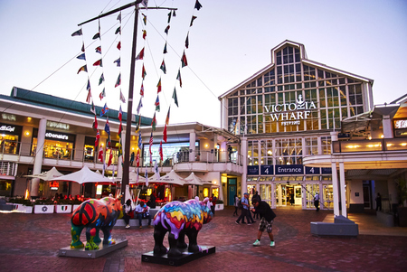 The Victoria & Alfred (V&A) Waterfront in Cape Town is situated on the Atlantic shore, Table Bay Harbour, the City of Cape Town and Table Mountain. Adrian van der Vyver designed the complex. Prince Alfred, second son of Queen Victoria, visited the Cape Co Banque d'images - 103031405