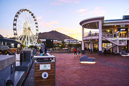 The Victoria & Alfred (V&A) Waterfront in Cape Town is situated on the Atlantic shore, Table Bay Harbour, the City of Cape Town and Table Mountain. Adrian van der Vyver designed the complex. Prince Alfred, second son of Queen Victoria, visited the Cape Co Banque d'images - 103031410