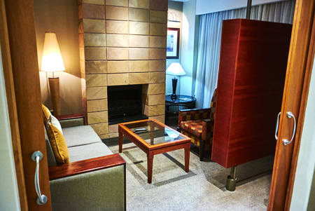 A suite in a hotel or other public accommodation such as a cruise ship denotes, according to most dictionary definitions, connected rooms under one room number. Hotels may refer to suites as a class o 報道画像