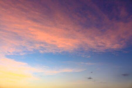 atmosfera: Hermoso ambiente del fondo del cielo del atardecer.
