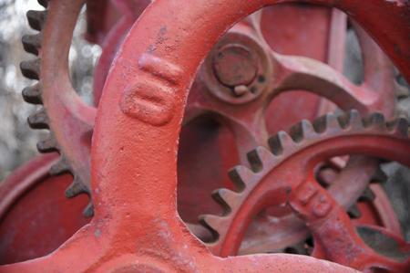 number ten: engranajes y ruedas dentadas de color rojo antiguos con el n�mero diez