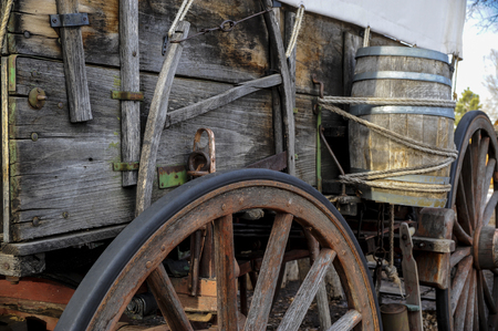 Side view of pioneer wagon with water barrel  and wheel Imagens