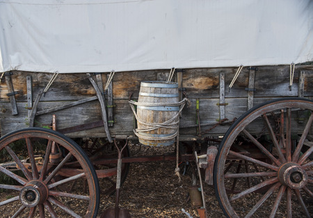 Pioneer wagon with water barrel and canvas top Imagens - 50565573