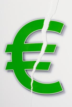 破れた紙のユーロ記号