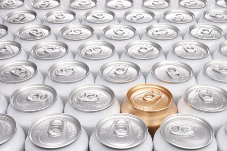 알루미늄 음료 캔의 그룹 중 하나 골드 캔 스톡 콘텐츠