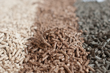 biomasse: Different kind of pellets - pine,beech,sunflower- selective focus on the heap