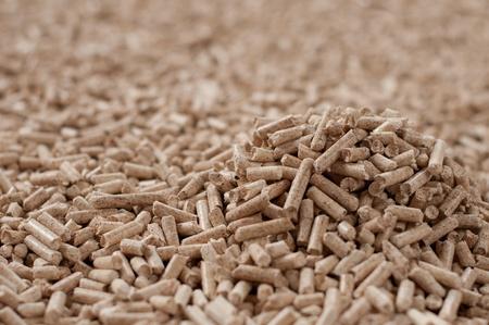 biomasse: Pine Pellets- selective focus on the heap Stock Photo