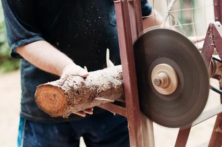 Hombre cortando madera con una sierra circular. Foto de archivo - 17559419