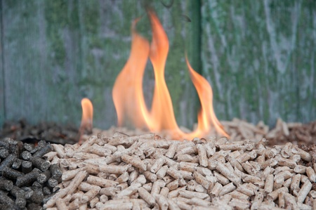 biomasse: Pellets in flames - selective focus on  the heap