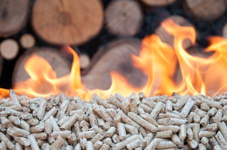 燃えるオーク材ペレット ・ バイオマス、再生可能エネルギー 写真素材 - 62590897