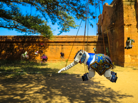 marioneta de madera: Ornamented elephant marionette puppet souvenir hanging under the big tree