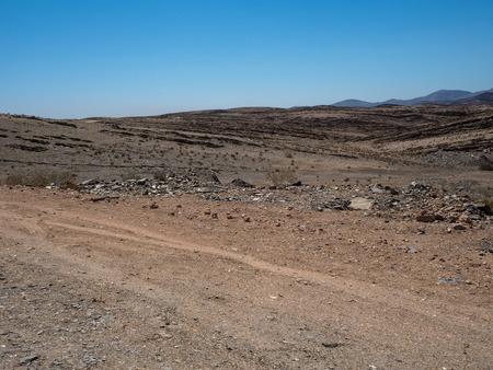 干ばつ砂漠気候と硬岩山風景の背...