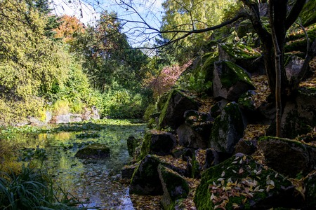 神秘的な池。秋の風景です。水と岩と青い空