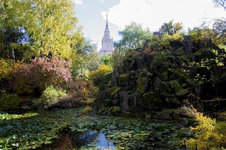 モスクワ大学植物園で神秘的な池。秋の風景です。水と岩と青い空