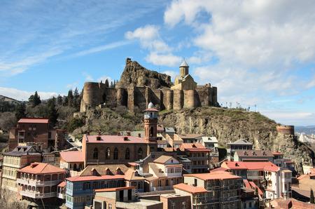 tbilisi: Narikala � un'antica fortezza che domina Tbilisi, la capitale della Georgia, e il fiume Kura La fortezza si compone di due sezioni murati su una ripida collina tra i bagni di zolfo e giardini botanici di Tbilisi alla Corte inferiore c'� la r