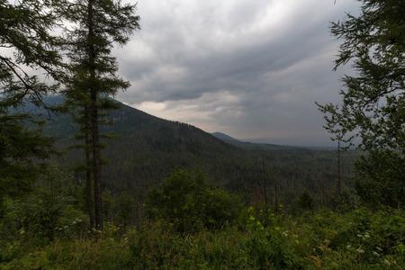 山の鈍い空
