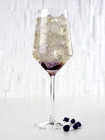 Violet spritz: a classic spritz flavored with crème de Violette, also known as liqueur de Violette   Stok Fotoğraf