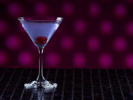 Aviation cocktail on pink dotted background, copy space on the right side 免版税图像