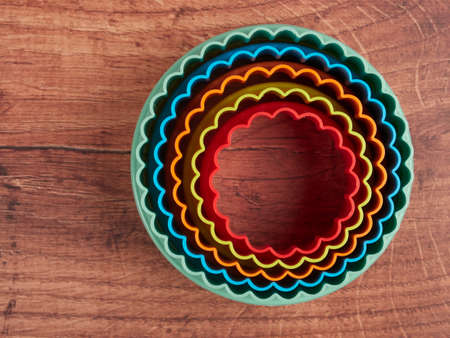 Colorful cookie cutters on wood background 免版税图像 - 152390999
