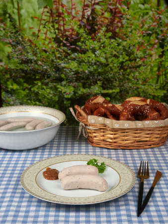 Bavarian white sausages (weisswurst) with sweet mustard and pretzels 免版税图像 - 156154212