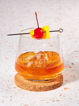 Old fashioned: a cocktail made by muddling sugar with bitters, then adding bourbon, and a twist of citrus rind 免版税图像