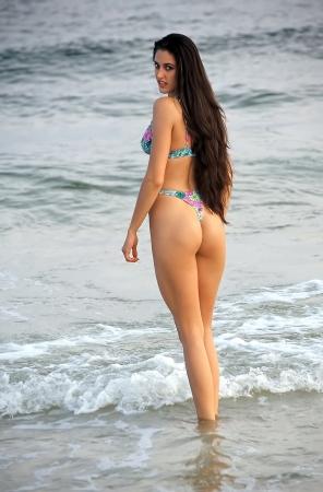 beach babe: Giovane donna attraente in bikini a fiori