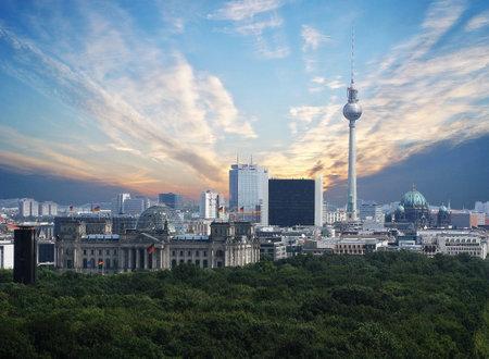 Ein Blick auf den Fernsehturm, wie es die Stadt beherrscht Standard-Bild - 33295719