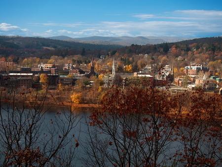 Eine Ansicht von Brattleboro, Vermont und dem Connecticut River Standard-Bild - 35512137